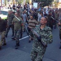 Колонну пленных карателей провели по центру Донецка