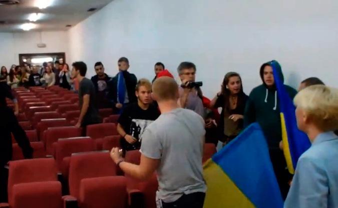 Украинские нацисты пытались в Мадриде сорвать выставку о геноциде на Востоке Украины, за что были с позором изгнаны