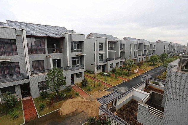 Китайский миллионер снёс все хижины в своей родной деревне и построил каждому жителю по вилле. Бесплатно