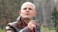 Вандалы в Киеве снесли памятную доску писателю Олесю Бузине