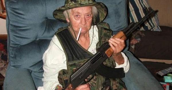 Как бабушка с автоматом Калашникова спасла копов от уличной банды